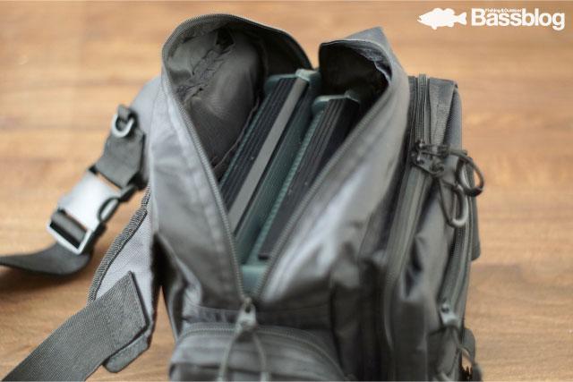 釣りバッグ:大口のポケットとつかみやすいループ